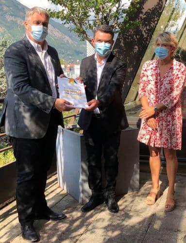 Jean-Pierre Barbier (président du Département), Pascal Escatès (Association des amis du Musée) et Martine Kohly (vice-présidente du Département) présentent l'ouvrage collectif © Amis du MRDI