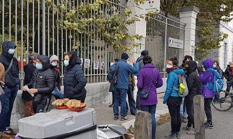 COUV Des militants de lutte hébergement, de droit au logement, etc. organisaient un rassemblement devant la DDCS, jeudi 15 octobre 2020, pour dénoncer les difficultés liées à l'alimentation dans les centres d'hébergement d'urgence temporaire. © Séverine Cattiaux– Place Gre'net