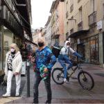 Les cyclistes frôlent parfois les piétons dans les rues piétonnes. © Joël Kermabon - Place Gre'nett