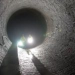 Techniciens à l'intérieur de la nouvelle centrale hydroélectrique de Gavet (Isère). Ce ouvrage remplace six centrales et cinq barrages par un seul nouveau barrage (à Livet) et une nouvelle centrale (à Gavet), reliés par une galerie souterraine longue de 10 km sous le massif de Belledonne. © MedeO - EDF