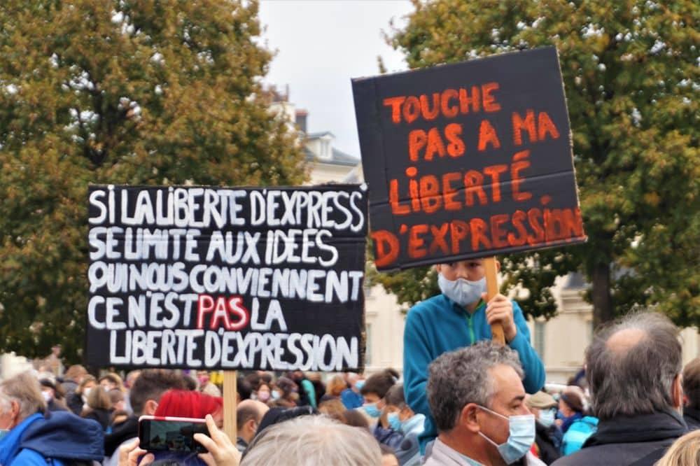 Rassemblement en hommage à Samuel Paty, professeur assassiné à Conflans-Sainte-Honorine, place Verdun à Grenoble le dimanche 18 octobre © Tim Buisson - Place Gre'net