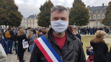 Emmanuel Carroz, enseignant et adjoint à la Ville de Grenoble, présent au rassemblement en hommage à Samuel Paty, dimanche 18 octobre 2020 © Séverine Cattiaux – Place Gre'net