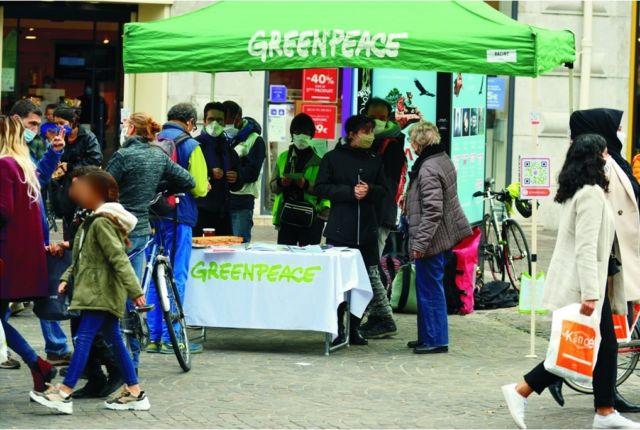 Greenpeace a tenu un stand rue Félix-Poulat à Grenoble pour informer sur la PAC samedi 17 octobre © Greenpeace Grenoble - Facebook