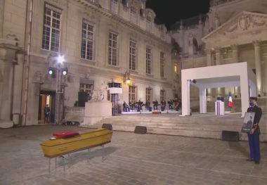 Hommage à la Sorbonne au professeur assassiné, Samuel Paty. Au premier plan, le cercueil avec la dépouille du défunt. Au pupitre, Emmanuel Macron, président de la République. Crédit L'Elysée