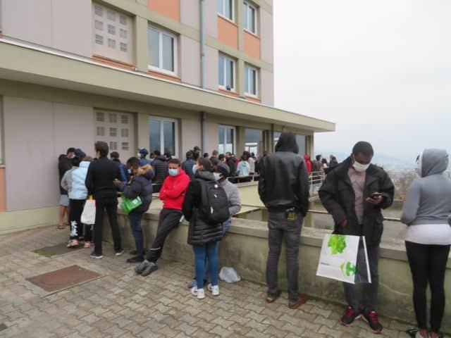 Précarité étudiante : 75 000 euros de dons pour la Fondation UGA . File d'attente devant la résidence des Rabot à Grenoble. © Tim Buisson – Place Gre'net