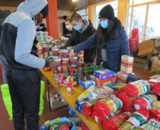 Distribution alimentaire de Génération Précarité à la résidence des Rabots le dimanche 29 novembre 2020. © Tim Buisson – Place Gre'net