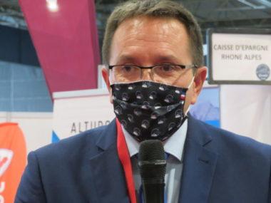 Jean-Luc Boch, président de l'association des maires des stations de montagne, craint que le virus n'affecte durablement l'économie du ski. © Tim Buisson – Place Gre'net.