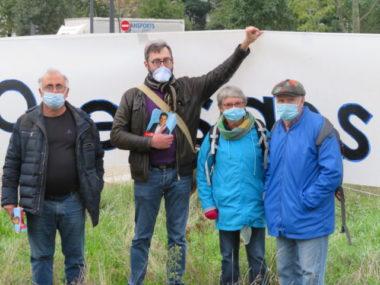 Plusieurs militants ont tracté aux abords du rond point d'Oxford sur la Presqu'ïle de Grenoble. © Tim Buisson - Place Gre'net.