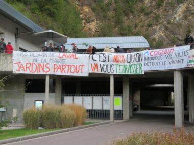 Avant le début du conseil municipal, des affiches et des épouvantails ont fait leur apparition devant la mairie. © Tim Buisson – Place Gre'net