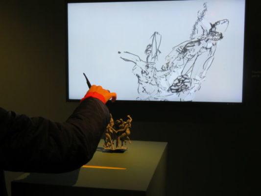 """A l'aide d'un stylet numérique il est possible de visualiser sur grand écran l'œuvre """"La danse"""".© Tim Buisson – Place Gre'net"""