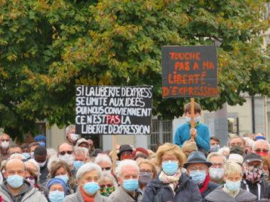 Grenoble : hommage à Samuel Paty, l'enseignant décapité.Plusieurs pancartes défendant la liberté d'expression étaient présentes. © Tim Buisson – Place Gre'net