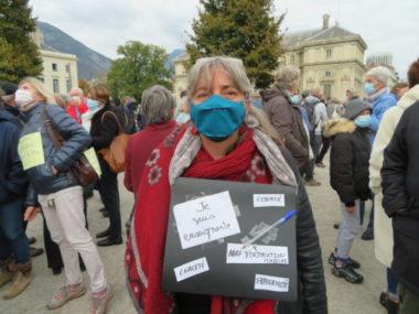 Grenoble : hommage à Samuel Paty, l'enseignant décapité.Sylvie Fougères, enseignante et conseillère municpale à Grenoble porte lors de la manifestation en hommage à Samuel Paty. © Tim Buisson – Place Gre'net
