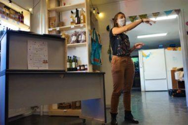 Ingrid, co-fondatrice de Au Local présente la nouvelle boutique © Simon Marseille - Place Gre'net