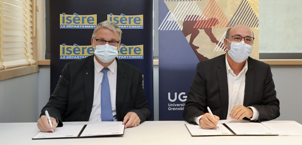 Jean-Pierre Barbier, Président du Conseil départemental de l'Isère et Yassine Lakhnech, Président de l'Université Grenoble-Alpes, durant la signature de la convention © Université Grenoble-Alpes