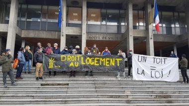 Des militants du Dal et des demandeurs d'asile manifestent devant la mairie de Grenoble, vendredi 2 octobre 2020 © Séverine Cattiaux - Place Gre'net.