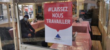 Les commerçants vont manifester leur colère à Grenoble.L'affichette de l'Umih de l'Isère placardée sur nombre d'établissements du centre-ville. © Joël Kermabon - Place Gre'net