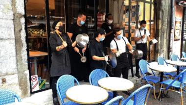 Hôtellerie-restauration: deux entreprises sur trois en danger.Un concert de casseroles donné par des établissement adhérents de l'Uimh cans le centre-ville de Grenoble. © Joël Kermabon - Place Gre'net