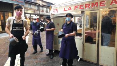 Couvre-feu pour neuf métropoles dont Grenoble. Le personnel du restaurant La ferme à Dédé en plein concert de casseroles. © Joël Kermabon - Place Gre'net