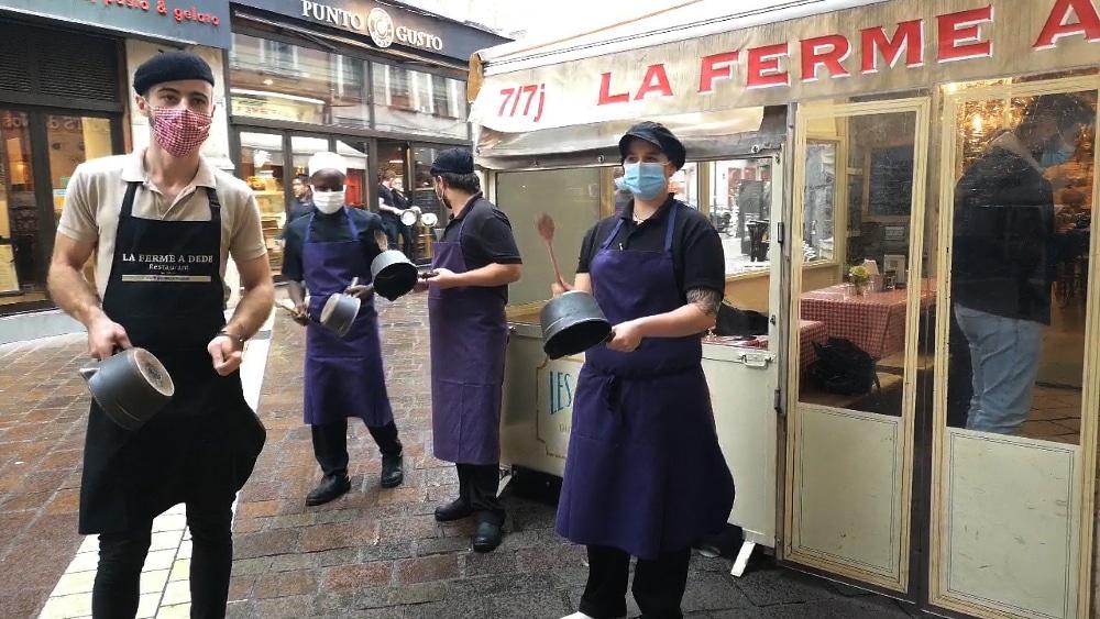Umih Le personnel du restaurant La ferme à Dédé en plein concert de casseroles. © Joël Kermabon - Place Gre'net