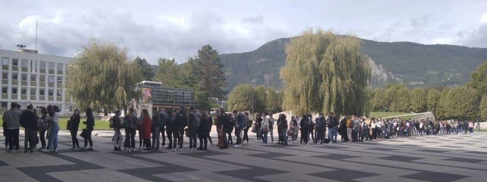 Queue devant l'amphi Weil de l'UGA pour assister à un cours de Service sanitaire. 3 promotions confondues assistent au cours.