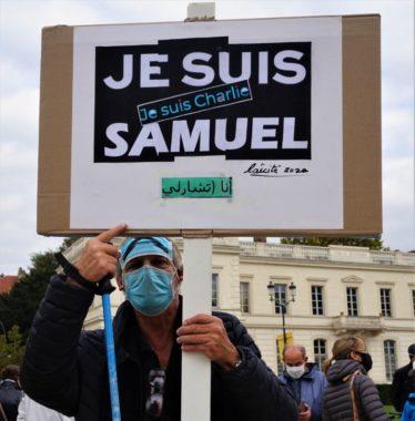 Un manifestant brandit sa pancarte en hommage à Samuel Paty, professeur assassiné le 16 octobre dernier © Simon Marseille – Place Gre'net