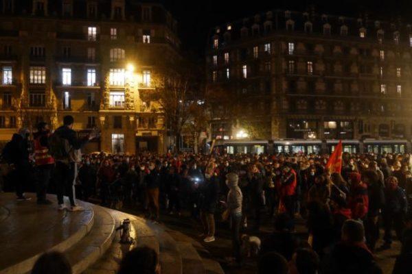 """Grenoble : forte mobilisation contre la loi """"sécurité globale"""".Les organistateurs se sont réjouis de la forte affluence pour cette manifestation malgré le confinement. © Tim Buisson – Place Gre'net"""
