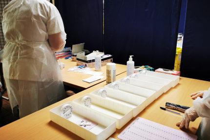 Des tests antigéniques en cours d'analyse. © Joël Kermabon - Place Gre'net