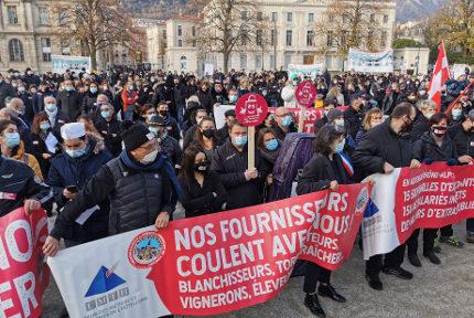 Environ 700 manifestants ont demandé la réouverture des commerces. © Joël Kermabon - Place Gre'net