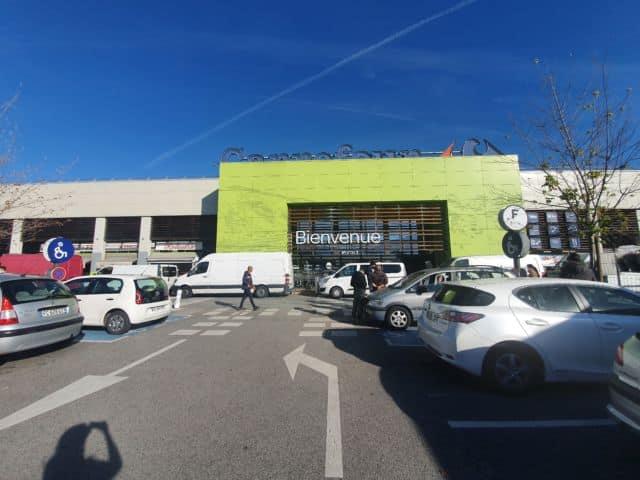 Les commerçants ont disposé leurs camions devant les portes du magasin Carrefour, sans chercher à bloquer l'accès ou entraver l'entrée des clients. DR