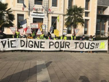 Les gilets-jaunes se sont rassemblés à Crolles et ont marché en direction de la mairie. © Photo DR
