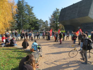 Une cinquantaine de personnes étaient présentes sur le campus de l'UGA pour protester contre la LPR. © Tim Buisson – Place Gre'net
