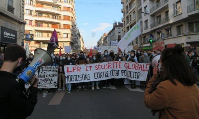 Manifestation contre la loi Sécurité à Grenoble samedi 28 novembre 2020. © Tim Buisson – Place Gre'net