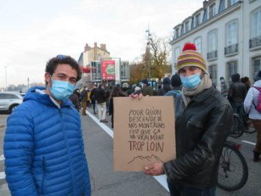 """Grenoble : Plusieurs milliers de personnes ont défilé contre la loi """"sécurité globale"""""""