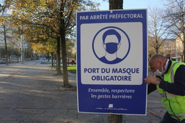 Installation des panneaux rappelant l'obligation du port du masque sur la commune d'Échirolles. © Ville d'Échirolles