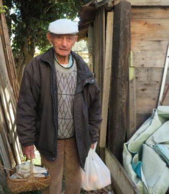 Raphaël Bichebois, 96 ans, rassemble ses dernières affaires avant la destruction prochaine de sa cabane. © Tim Buisson – Place Gre'net