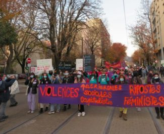 Près d'un millier de personnes se sont rassemblés lor de cette manifestation contre les violences faites aux femmes. © Tim Buisson – Place Gre'net