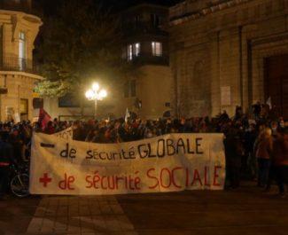 """Plus de 300 personnes se sont rassemblés devant l'église Saint Louis pour protester contre la loi dite de """"sécurité globlae""""© Tim Buisson – Place Gre'net"""