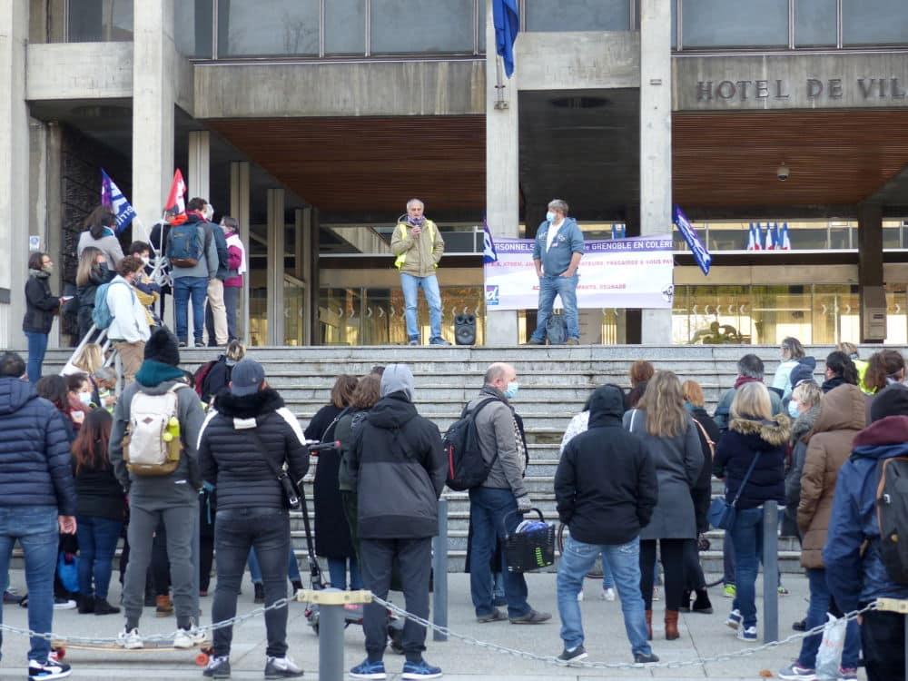 Grenoble: malgré la grève, les écoles sont restées ouvertes.Rassemblement des personnels devant l'Hôtel de Ville de Grenoble mardi 17 novembre 2020 © Paul Turenne - Place Gre'net