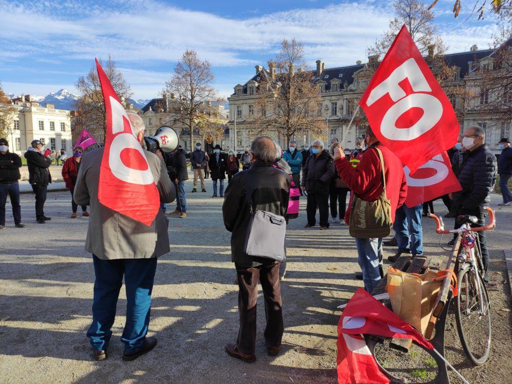 Prise de parole devant les manifestants rassemblés place Verdun © Florent Mathieu - Place Gre'net