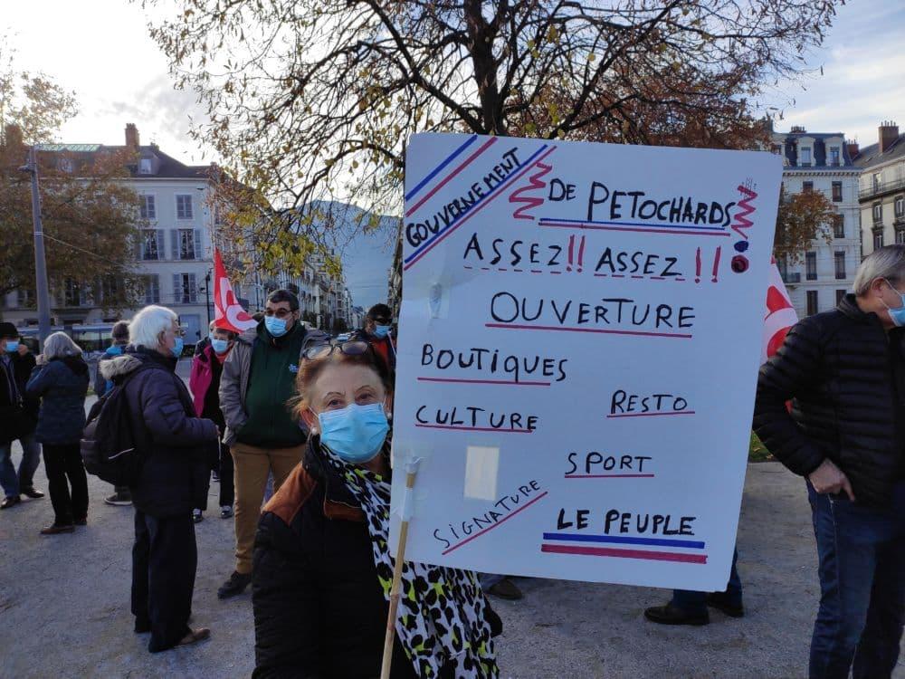 Certaines pancartes portaient des messages allant au-delà des seules revendications des retraités © Florent Mathieu - Place Gre'net