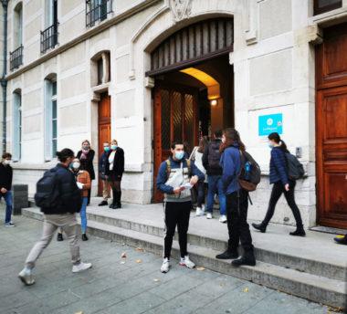 Distribution de tracts dénonçant les mesures sanitaires dans les lycées devant le lycée Champolion. © Joël Kermabon - Place Gre'net