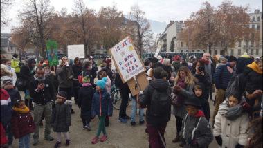 Un centaine de personnes réunies pour protester contre le port du masque à l'école. © Joël Kermabon - Place Gre'net