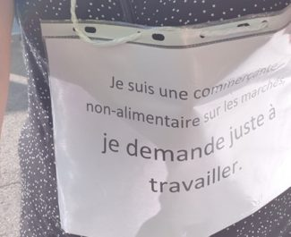 Des commerçants réclament le droit de travailler en manifestant devant le Carrefour de Meylan