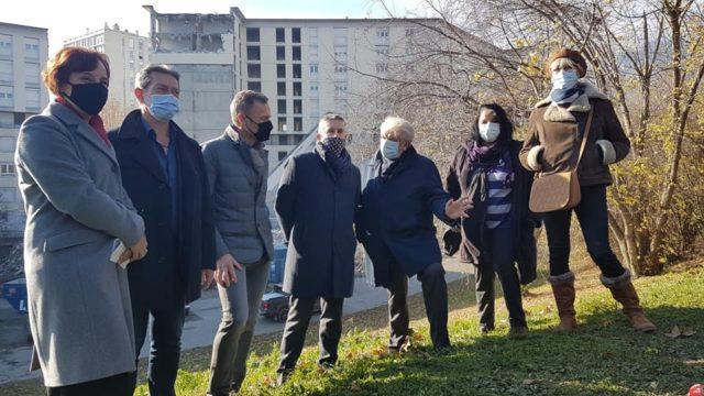Christophe Ferrari, président de Grenoble-Alpes Métropole au centre, et Renzo Sulli, maire d'Echirolles à sa gauche, ainsi que d'autres élus et responsables du bailleur SDH, lors d'une visite de chantier de la démolition du 7-9, allée du Limousin, le 3 décembre 2020 © Séverine Cattiaux – Place Gre'net