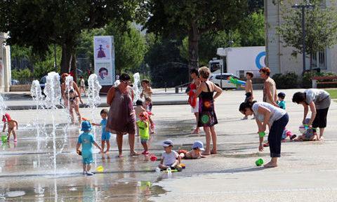 COUV Adultes et enfants jouant dans les fontaines de la Caserne de Bonne la matinée ©Eléonore Bayrou