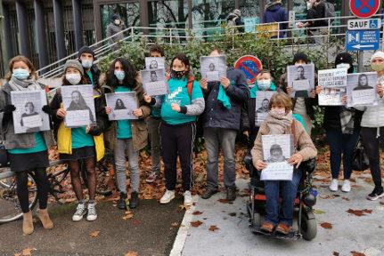Des locataires et militants de l'Alliance citoyenne sont venus soutenir le président auditionné dans le cadre de la plainte de Grenoble Habitat. © Joël Kermabon - Place GRe'net