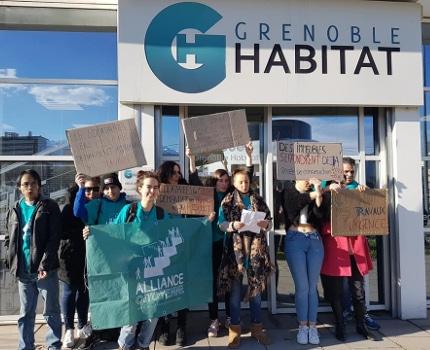 Action de l'Alliance citoyenne et des locataires des immeubles Blanche Monnier et Marcelle Boninn à Grenoble Habitat le 19 décembre 2019. © Séverine Cattiaux - Place Gre'net