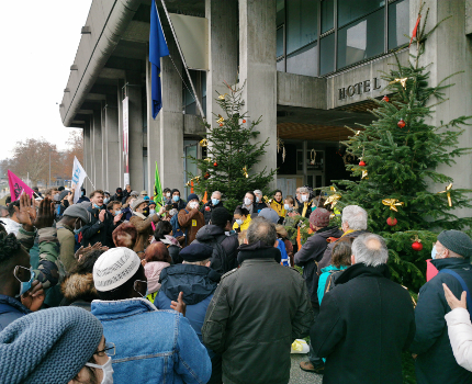 Rassemblement devant la mairie de Grenoble en soutien aux occupants d'un immauble de l'Abbaye. © Joël Kermabon - Place Gre'net