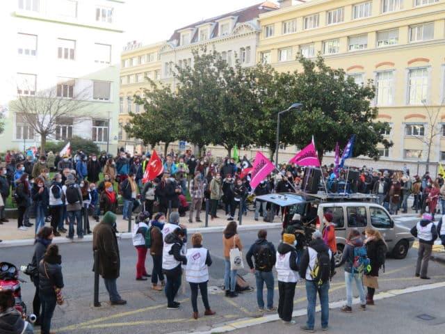 Plusieurs centaines de personnes étaient présentes place Doyen Gosse à Grenoble. © Tim Buisson – Place Gre'net