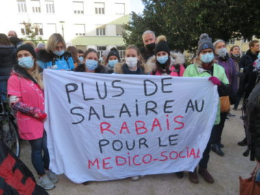 Les manifestants réclament une revalorisation salariale. © Tim Buisson – Place Gre'net
